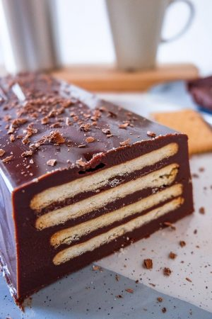 chocolate cake with cookie layers on blue white plate kalter hund