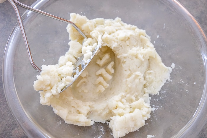 mashed potatoes in clear glass bowl